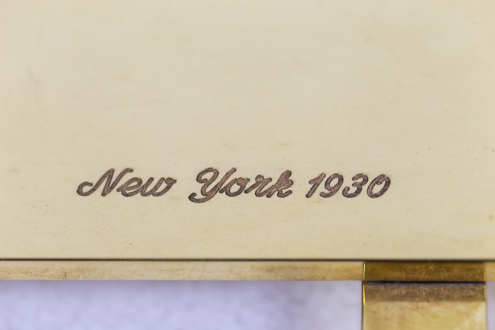 Lampe représentant un danseur de music hall en bronze doré, détails signature