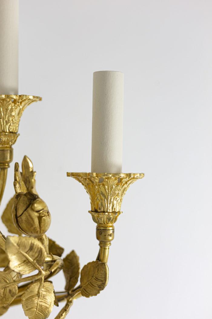Paire d'appliques de style Louis XVI en bronze doré, détail de la coupelle avec un feu