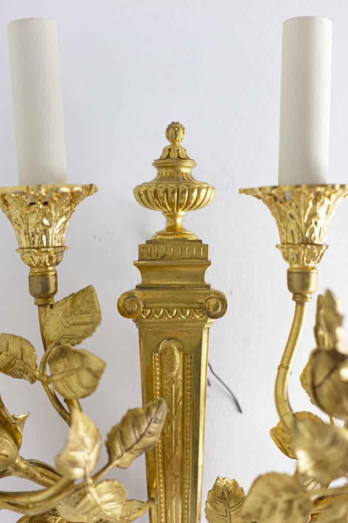 Paire d'appliques de style Louis XVI en bronze doré, détail des faux en haut