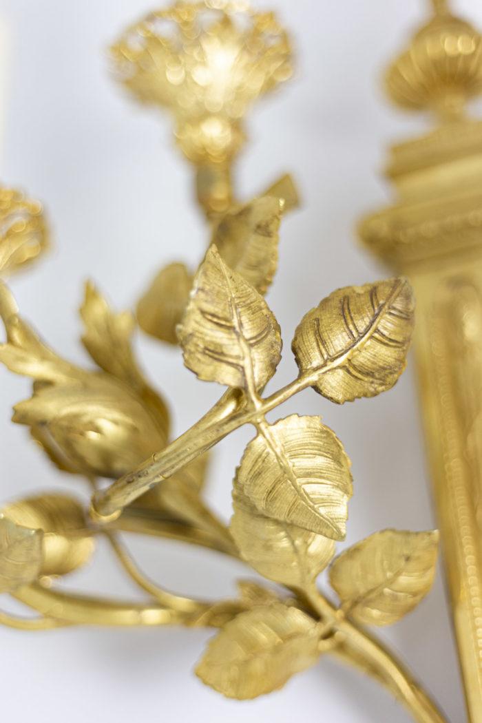 Paire d'appliques de style Louis XVI en bronze doré, détail des motifs végétaux