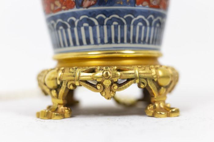 Paire de lampe à décor Imari, détail sur les pieds