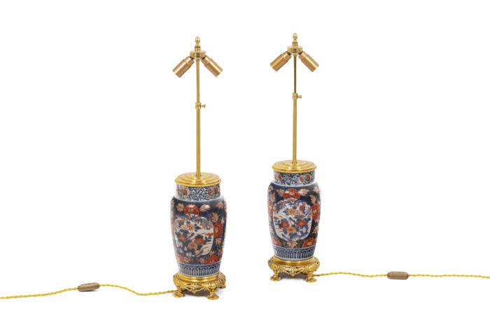 Paire de lampe à décor Imari, vue d'ensemble sans abat-jour