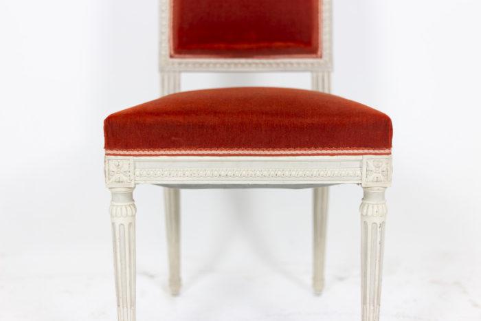 Série de six chaises de style Louis XVI en bois laqué, détails 2