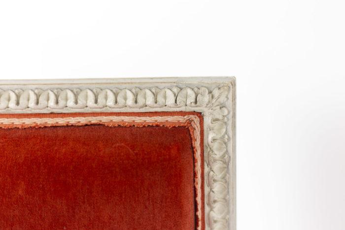 Série de six chaises de style Louis XVI en bois laqué, détails 5