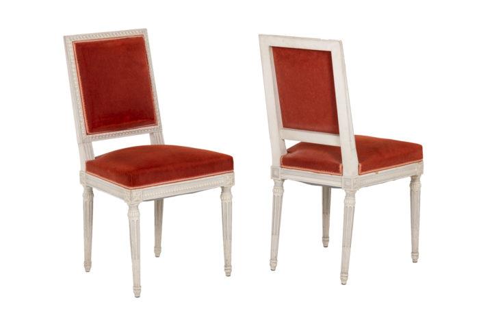 Série de six chaises de style Louis XVI en bois laqué, vue de deux chaises
