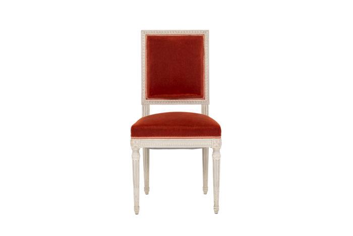 Série de six chaises de style Louis XVI en bois laqué, vue de face