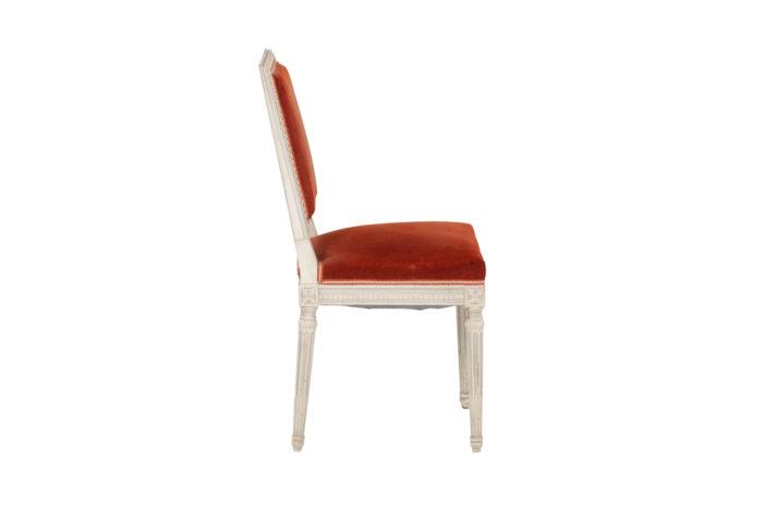 Série de six chaises de style Louis XVI en bois laqué, vue de profil