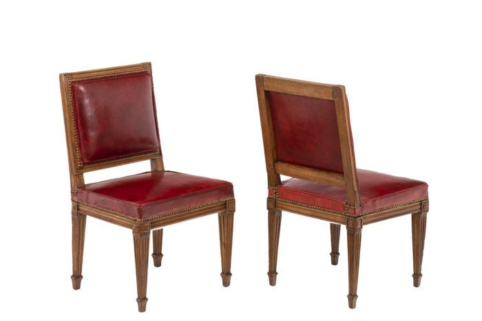Série de trois chaises rouges en bois et cuir, époque Louis XVI, vue d'ensemble