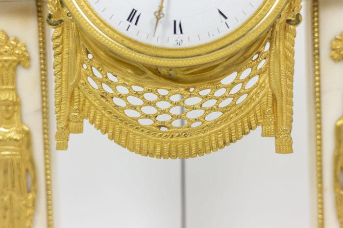 Pendule portique en bronze doré, détails 3