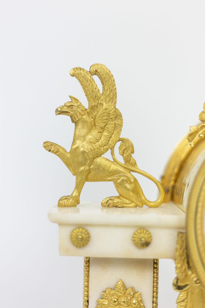 Pendule portique en bronze doré, détails 4