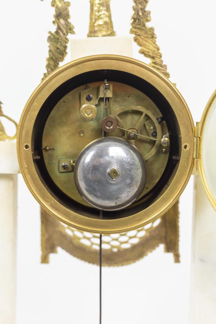 Pendule portique en bronze doré, détails 5