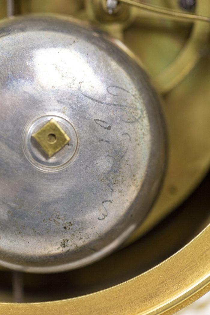 Pendule portique en bronze doré, détails 6