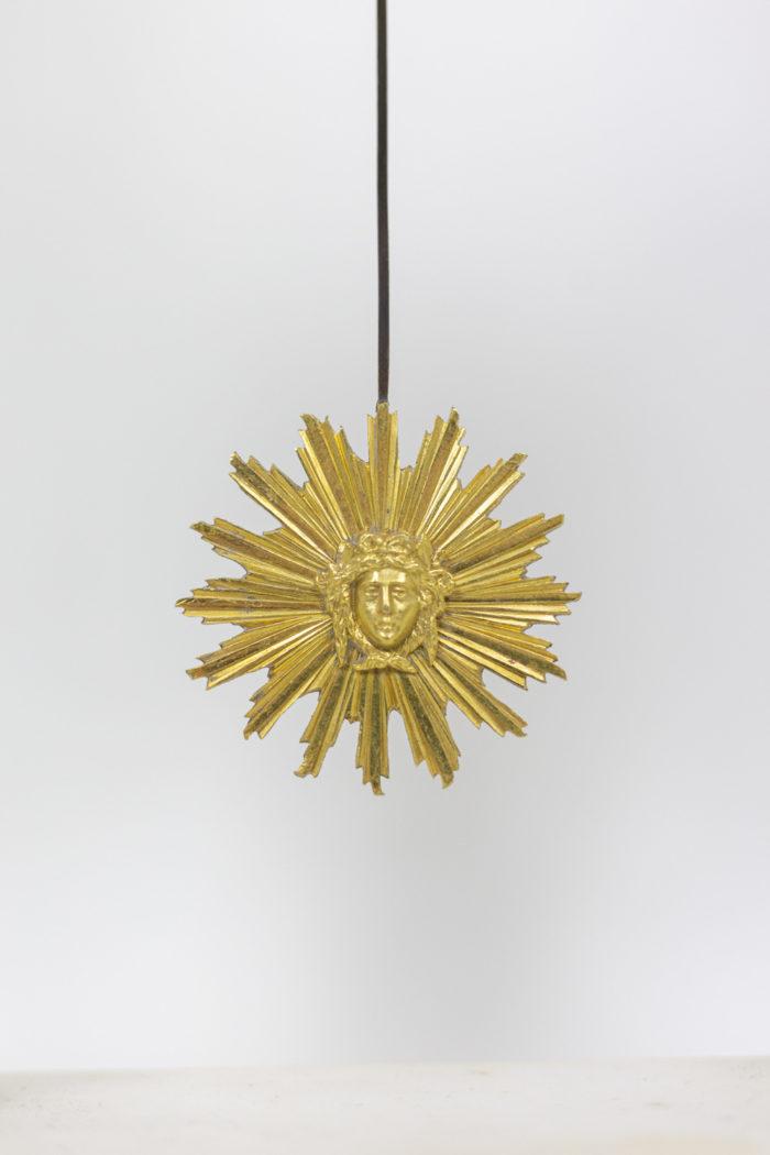 Pendule portique en bronze doré, détails