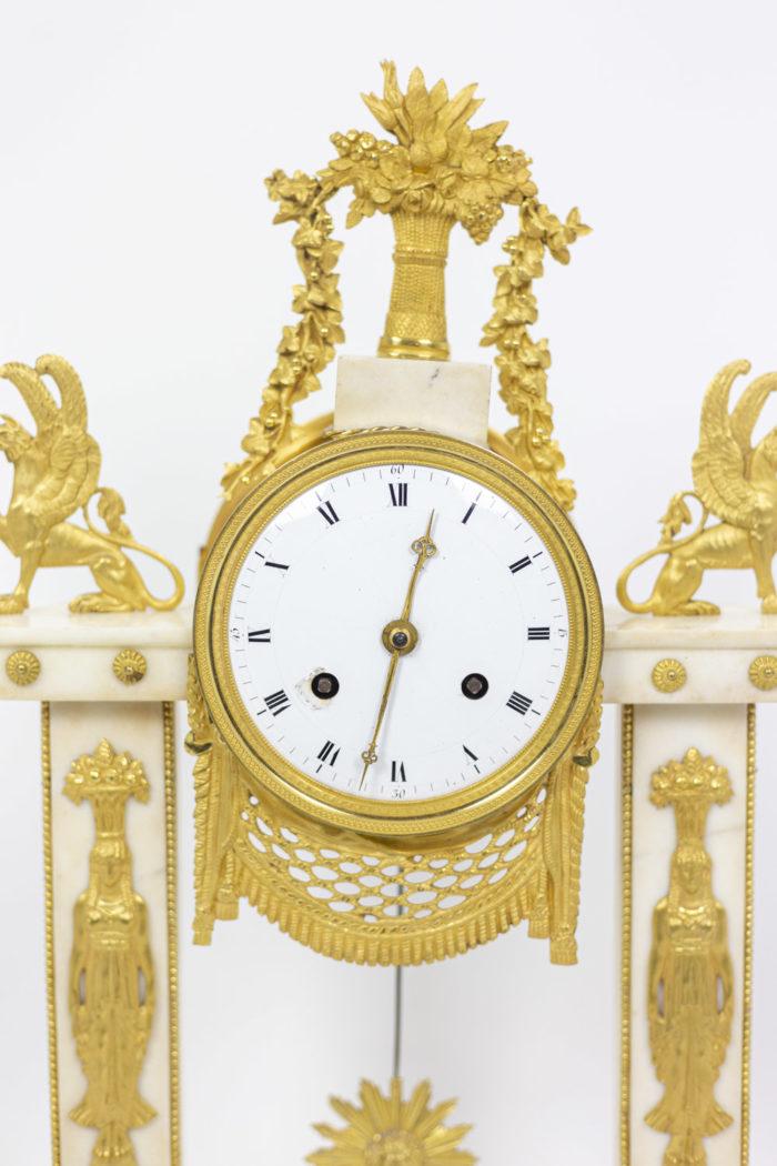 Pendule portique en bronze doré, détails cadran