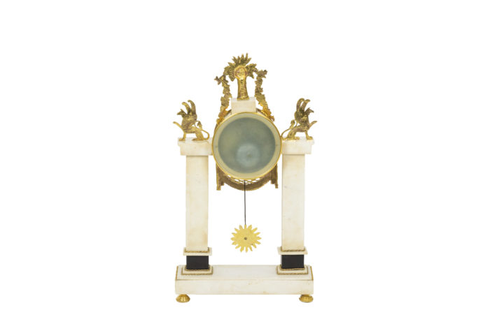 Pendule portique en bronze doré, vue de dos