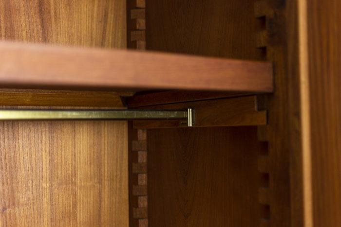 Pierre Chapo, Armoire-penderie à deux portes en orme naturel, détails intérieur