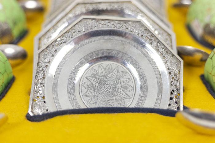 Service à thé en porcelaine céladon et métal argenté, Iintérieur détaillé 2