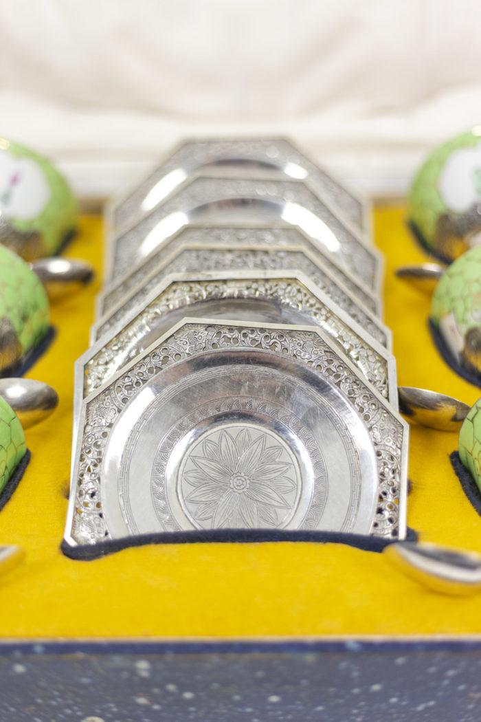 Service à thé en porcelaine céladon et métal argenté, intérieur détaillé 1