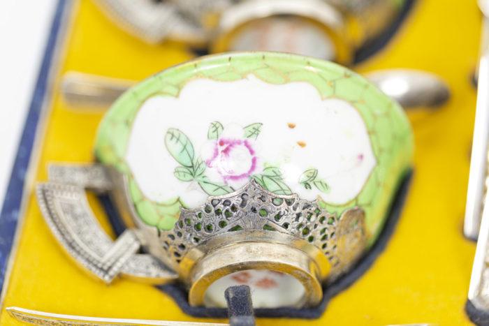 Service à thé en porcelaine céladon et métal argenté, intérieur détaillé 3