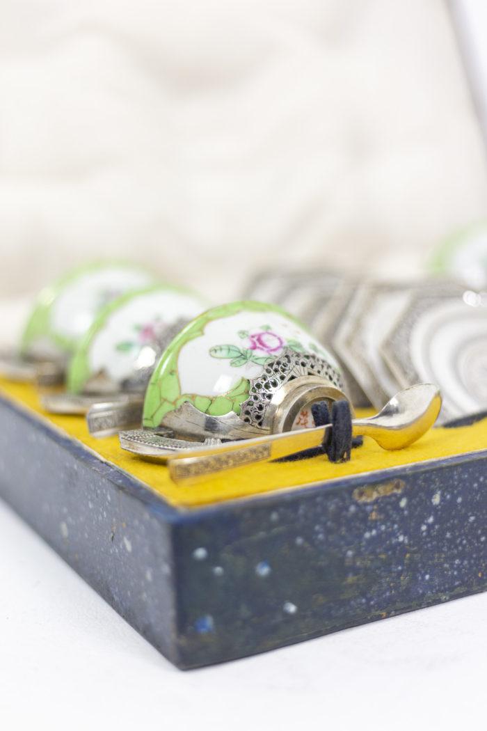 Service à thé en porcelaine céladon et métal argenté, intérieur détaillé