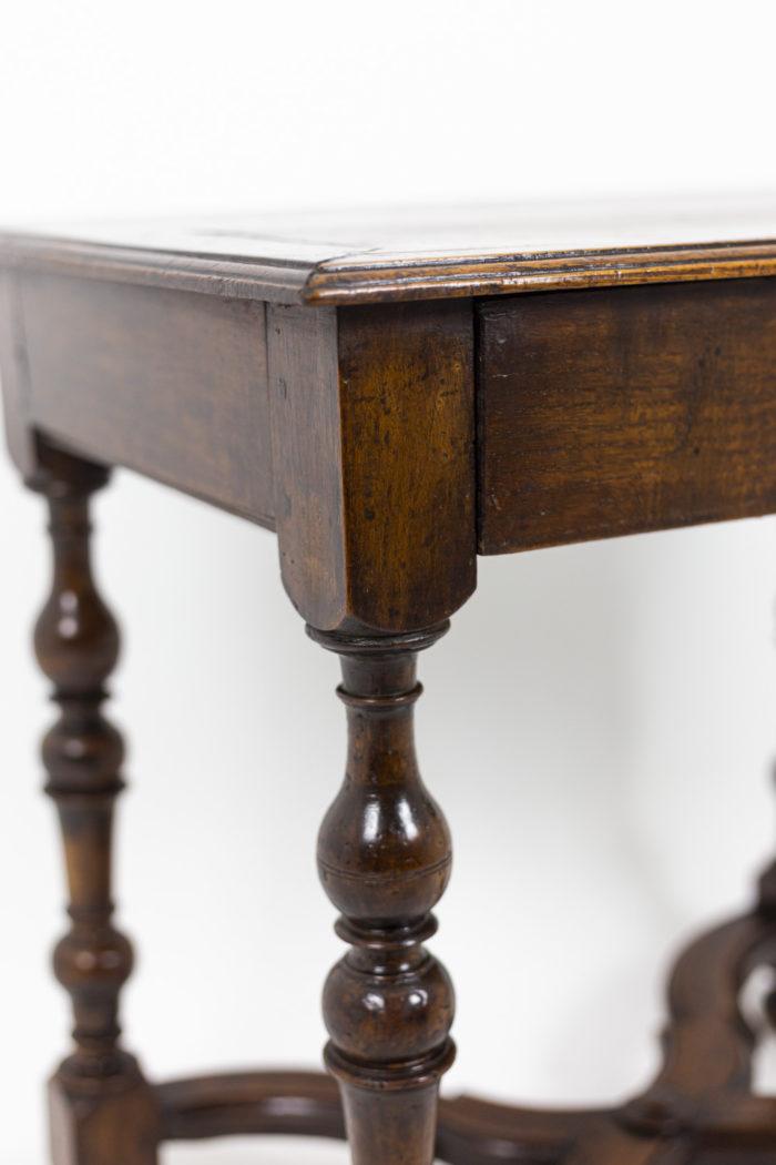 Table de salon en noyer d'époque Louis XIV, détails
