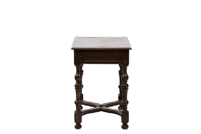 Table de salon en noyer d'époque Louis XIV, vue de profil