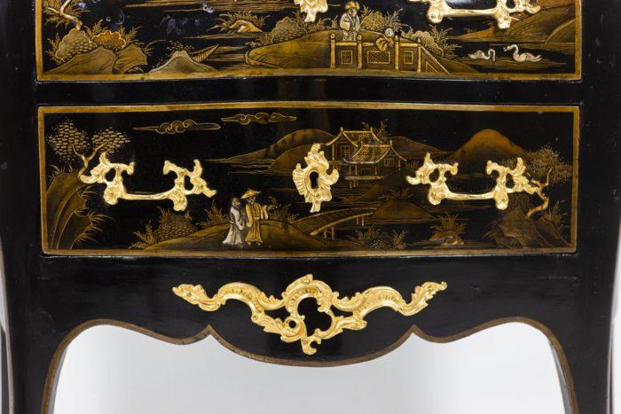 Petite commode sauteuse de style Louis XV, détails 1