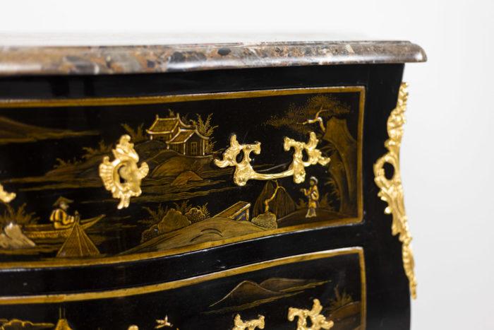 Petite commode sauteuse de style Louis XV, détails