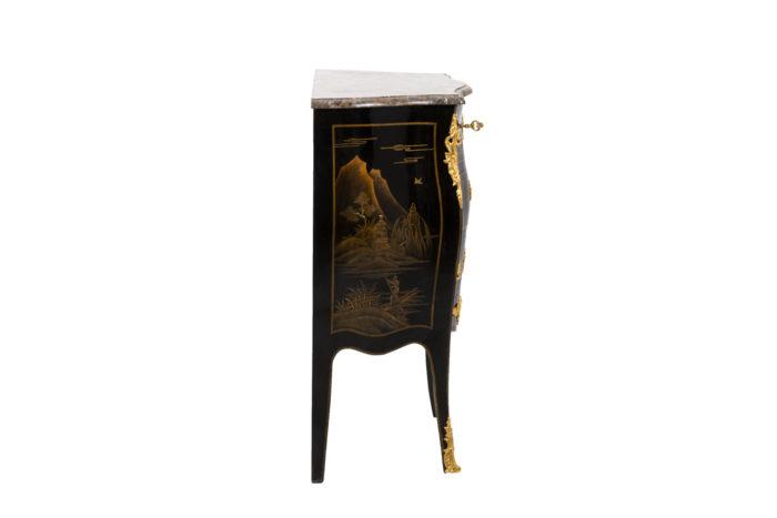Petite commode sauteuse de style Louis XV, vue de profil