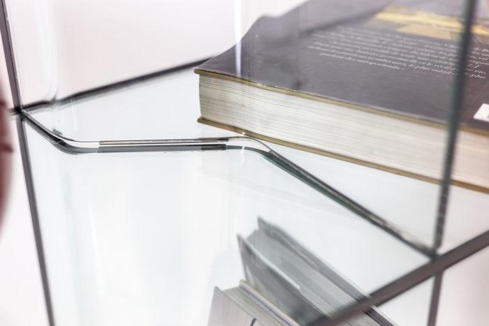 Bibliothèque en verre - détail compartiment
