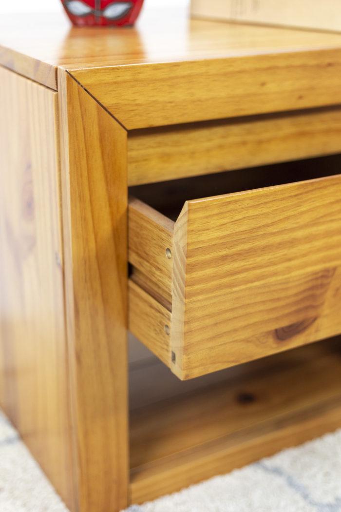 Paire de chevets - détail de l'assemblage du tiroir