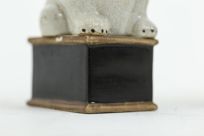 Paire de petit chiens en porcelaine céladon craquelée, détails socle