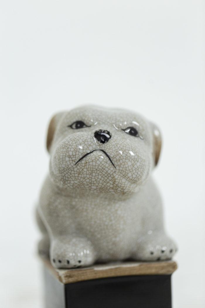 Paire de petit chiens en porcelaine céladon craquelée, détails sur un chien 1