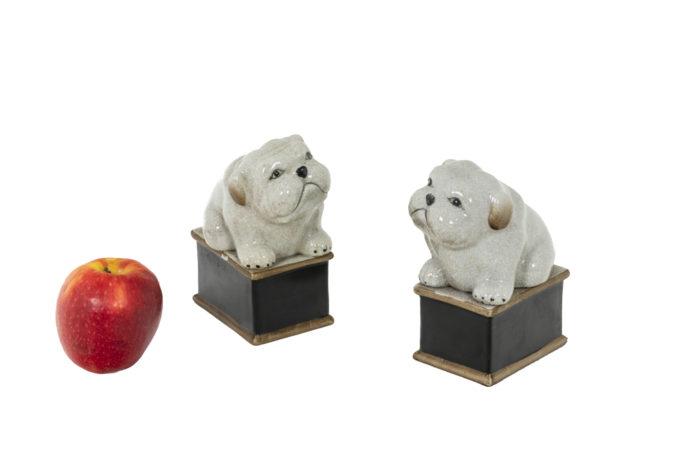 Paire de petit chiens en porcelaine céladon craquelée, vue d'ensemble