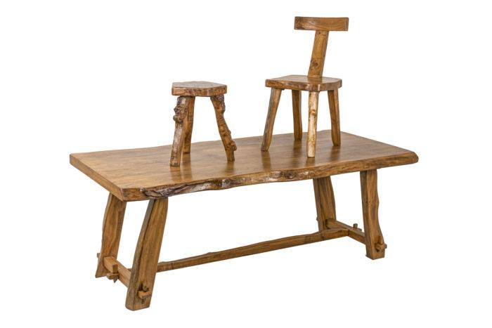Table - mise en scène avec un tabouret et une chaise